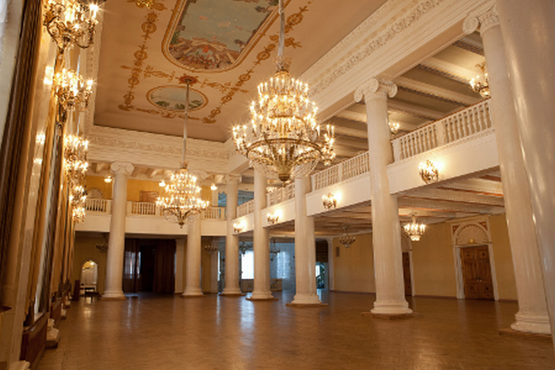 Если здание театра содержит